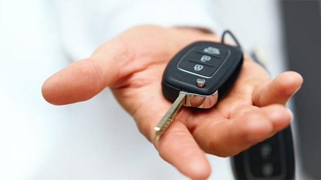 Cách khởi động ô tô khi chìa khóa thông minh hết pin