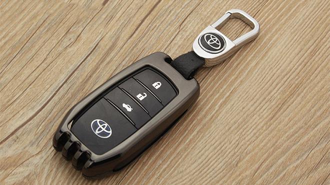 Thay pin chìa khóa ô tô Toyota giá rẻ