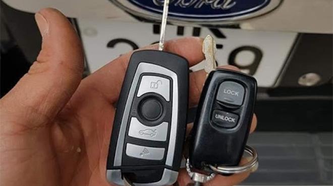 Thay pin chia khóa ô tô Ford