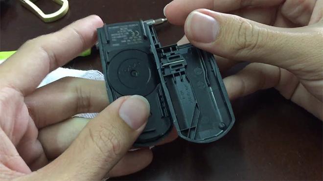 Thay pin chìa khóa ô tô Mazda